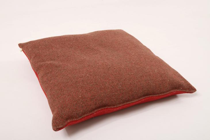 stoff filz kissen 60 x 60 cm rot dunkel manufaktur haslach. Black Bedroom Furniture Sets. Home Design Ideas